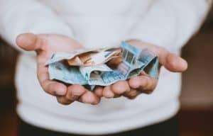 Bild mit zerknitterten Geldscheinen