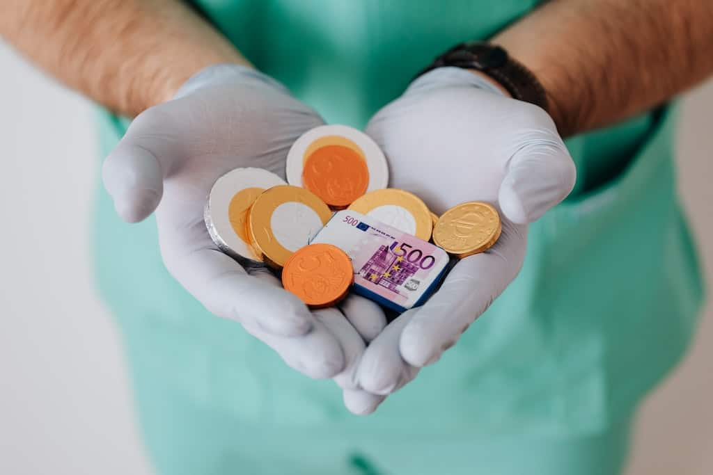 Spielgeld in Medizinierhänden